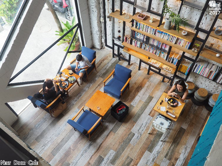 <台中咖啡> 隔壁咖啡 Next Door Cafe,光、影、綠意結合了工業風元素,明亮又舒適的空間感!