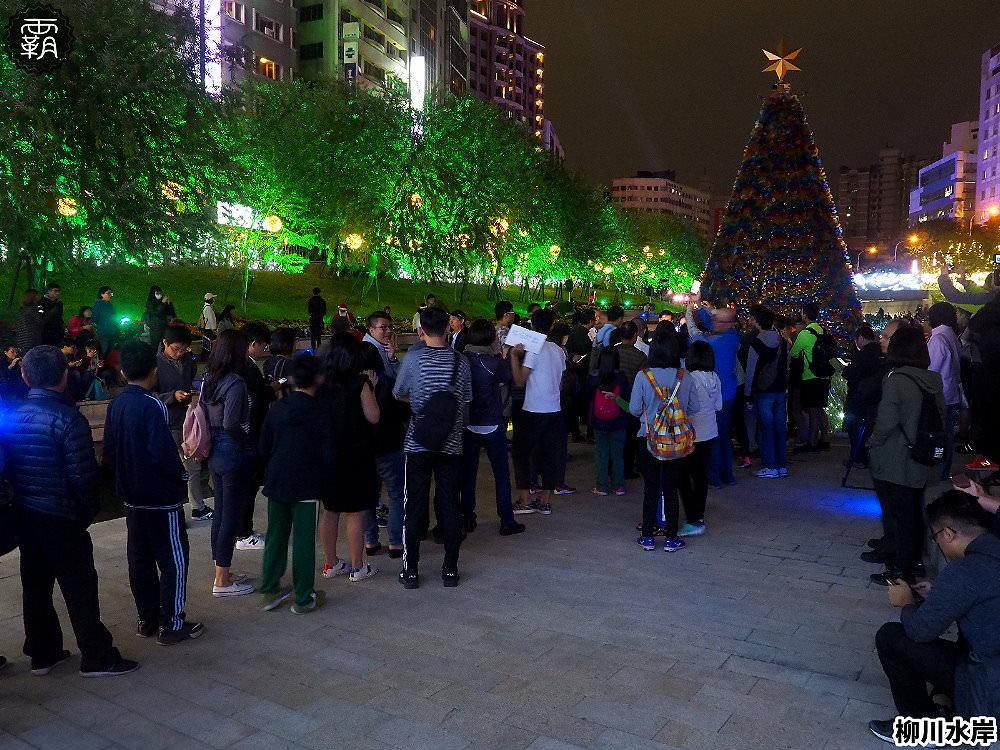 20181207231111 28 - 柳川水岸步道水上聖誕樹亮起來,最水聖誕樹是夢幻七彩顏色~
