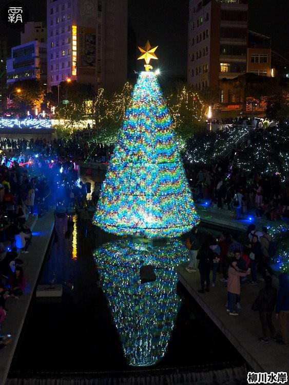 20181207231630 50 - 柳川水岸步道水上聖誕樹亮起來,最水聖誕樹是夢幻七彩顏色~