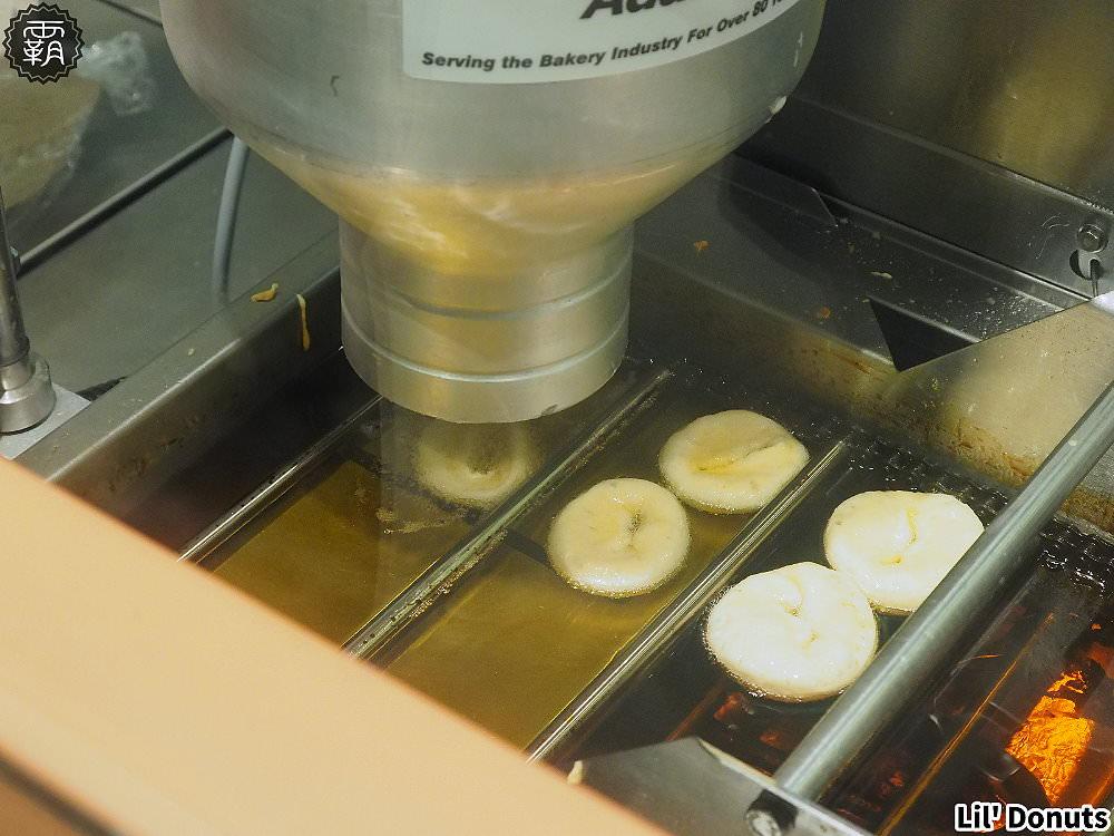 20181226195512 80 - 台中三井北海道Lil' Donuts甜甜圈,看現場製作甜甜圈好療癒~
